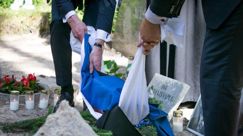 GALERII | Luuletaja Henrik Visnapuu tuhaurn sängitati sinimustvalge lipu sees Metsakalmistule