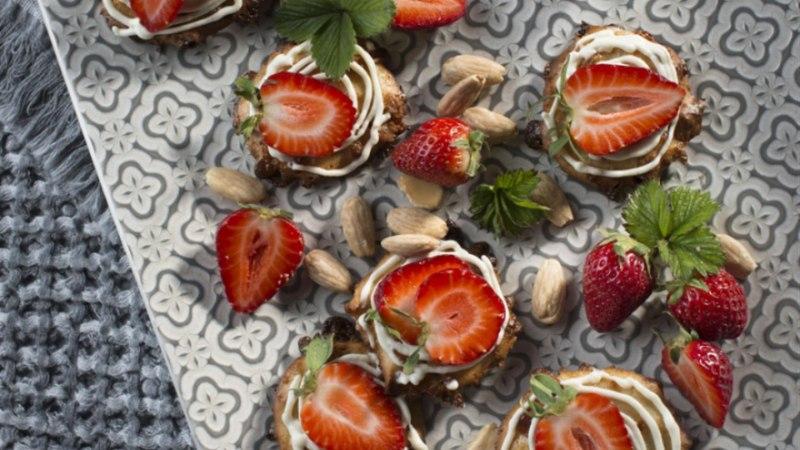 Mandliküpsised toorjuustu-amarettokreemi ja maasikatega