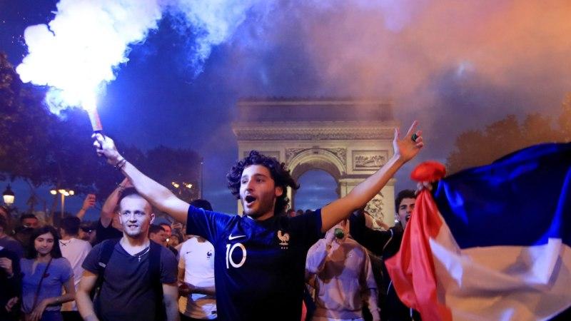 VIDEOD | Prantsusmaa rahvas tähistas Belgia alistamist mõnuga, julgemad hüppasid liikuvale politseiautole