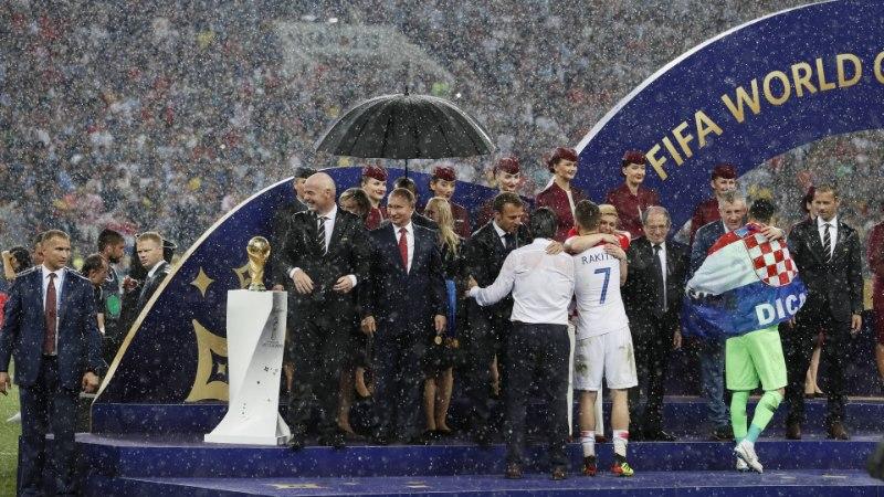 FOTOD | MM-finaali väärtuslikuim mees? President Putini vihmavarjuhoidja!