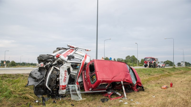 FOTOD   Murastes sõitis väikekaubik kiirabiauto külili