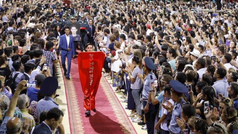 Pussitamise järel surnud 25aastane olümpiapronks saadeti tuhandete fännide silme all viimsele teekonnale