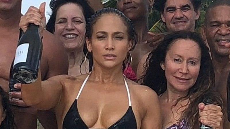 SÄRISEV! Superseksikas J-Lo tähistas 49. sünnipäeva bikiinide väel