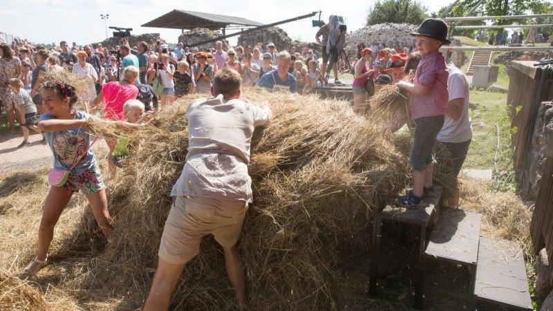 GALERII   Viljandi folk avati korraliku heinasõja ja tantsuga