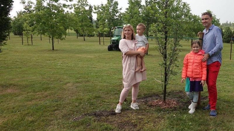 FOTO | Ilus traditsioon: Luisa ja Taavi Rõivas istutasid oma pere tamme