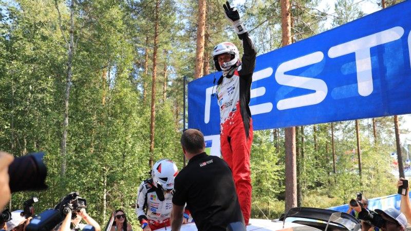 ÕL JYVÄSKYLÄS | GALERII | Tänak ja Järveoja nautisid Soomes Eesti fänniarmee ees võidušampust