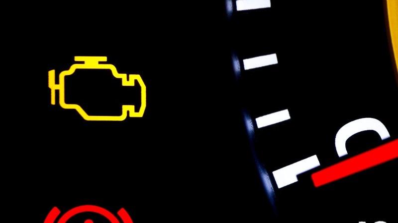 5 kõige levinumat põhjust, miks auto mootorituli süttib (ja mida siis teha)