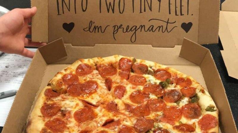 Девушка сообщила, что беременна, с помощью пиццы
