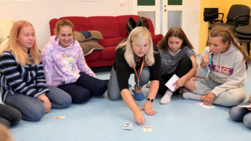 Vene noored Võrumaal eesti keelt õppimas: vene tüdrukud teevad eesti poistele tuule alla