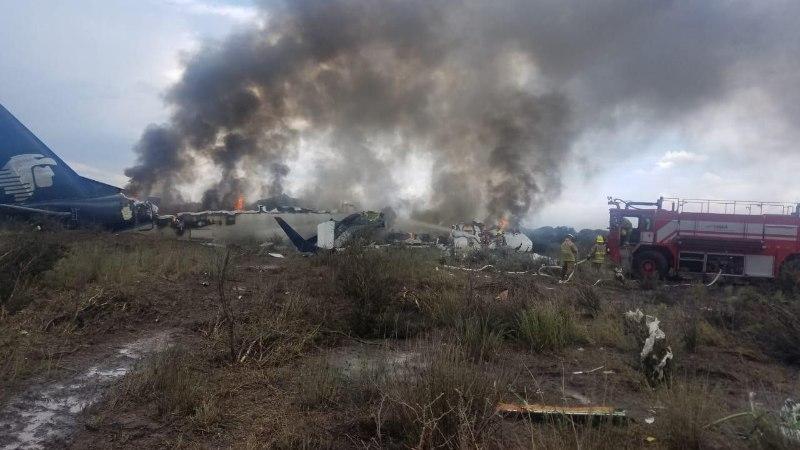 FOTOD   Mehhikos süttis hädamaandumise teinud lennuk 101 inimesega pardal