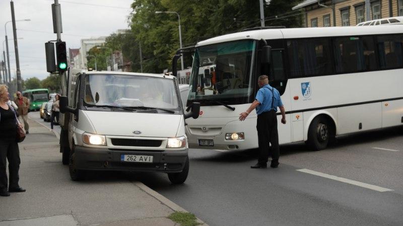 GALERII    Bussi ja auto kokkupõrge peatas kesklinnas liikluse