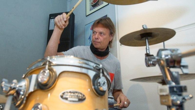 Jaak Ahelik hakkab Eve Kivi lapselapsele trummimängu õpetama
