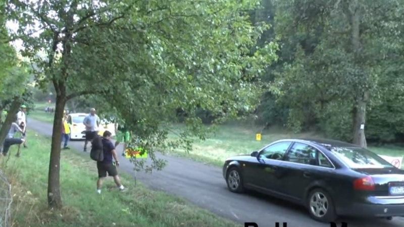 VIDEO | Maaomanik parkis Saksamaa rallil oma auto üliohtlikult keset teed!