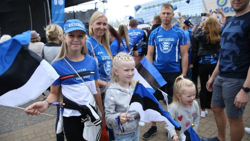 GALERII | Eesti vollefännide rongkäik pani elu Riia kesklinnas seisma