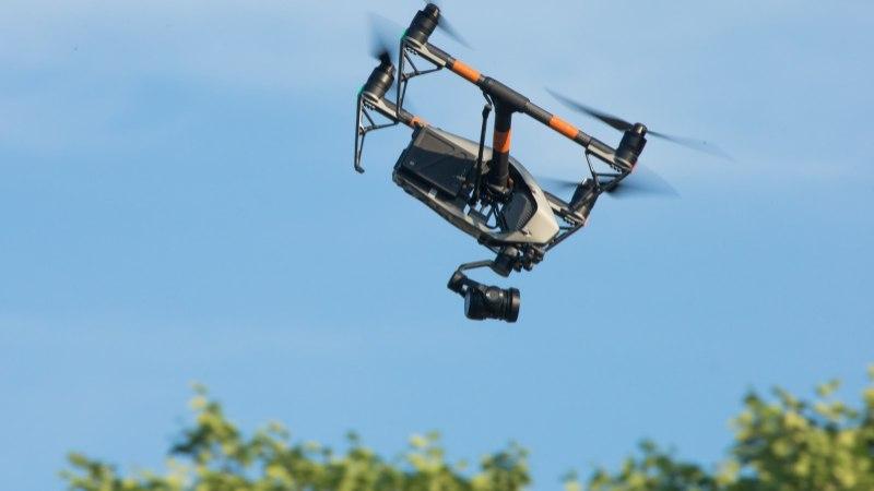 Jama massilise droonilennutamisega: droonid pildistavad ja filmivad kõikjal, seaduslikku pääsu neist pole
