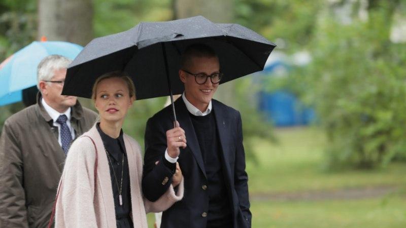 GALERII   President Kersti Kaljulaid võõrustas hoolimata sombusest ilmast Kadrioru roosiaias Eesti kultuuriinimeste koorekihti