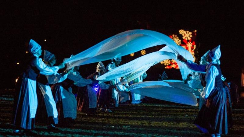 GALERII JA VIDEO   Võimas trall ja tulevärk! Pärnus joonistasid sajad tantsijad pimedal aasal mustreid