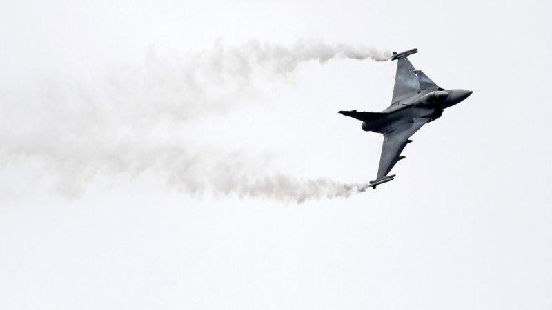 Rootsis kukkus alla linnuga kokku põrganud hävituslennuk
