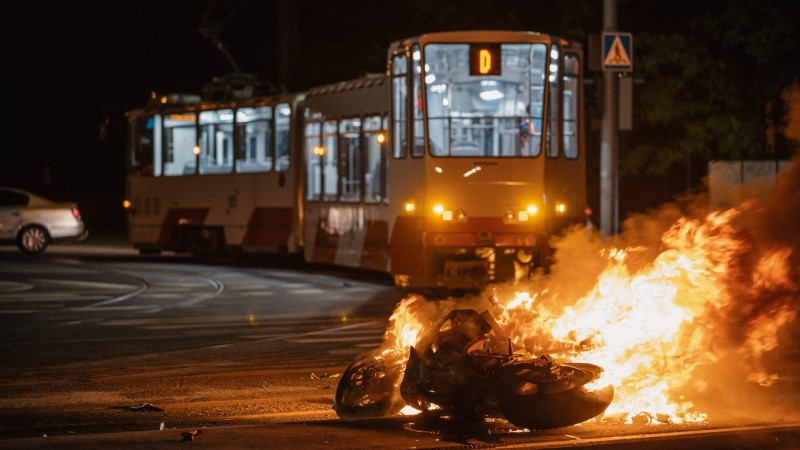 LUGEJA FOTOD | Trammile otsa sõitnud mootorratas lahvatas leekidesse, juht hukkus