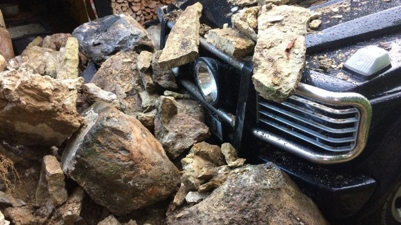 FOTO | Autole peale vajunud kivimüür tekitas omanikule hiigelkahju