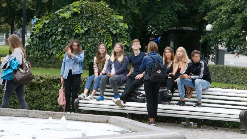 FOTOD JA BLOGI | Skandaalist ja näpuviibutustest hoolimata kogunevad noored ikka Kanuti parki
