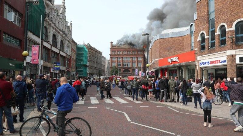 VIDEO JA FOTOD | Belfastis lahvatas leekidesse hoone, milles asub Primarki kauplus