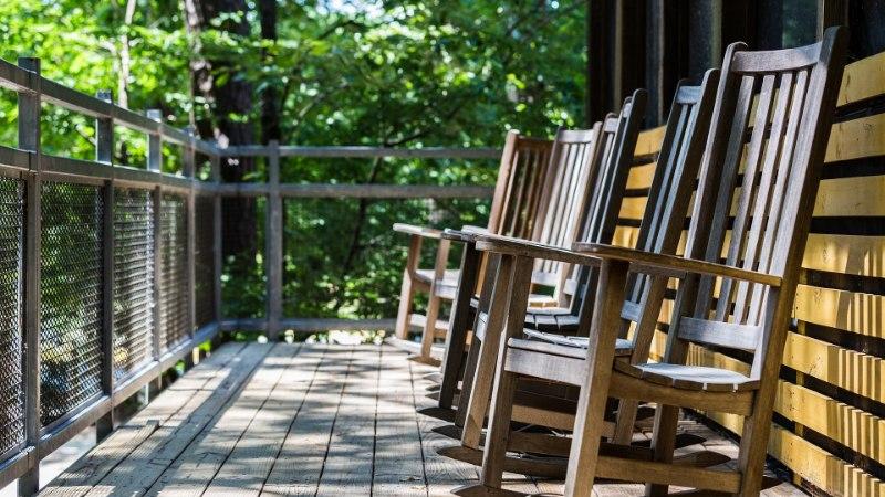 GALERII | VIIMANE AEG OLULISEKS ÕUETÖÖKS: kuidas kaitsta puitu ilmastiku eest ja anda vanale terrassile uus ilme?