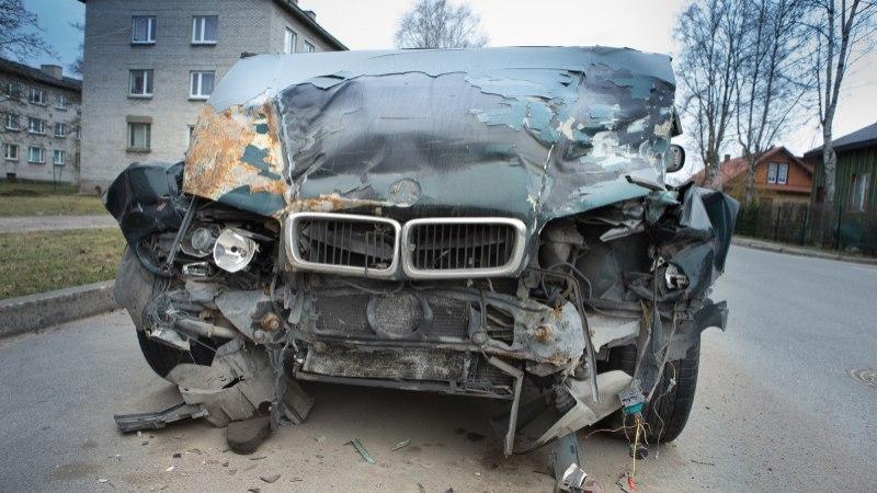 Autopesula töötaja tegi kliendi autoga avarii, sõiduk läheb ilmselt mahakandmisele