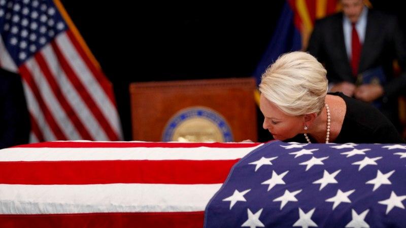 VIDEO JA FOTOD | McCaini tütar oli isa sarga juures lohutamatu