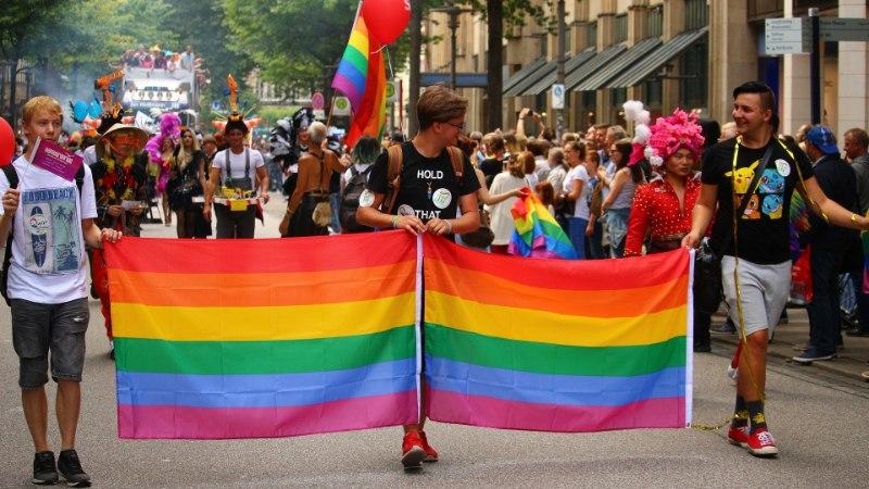 "Facebook näitas noortele omasooiharatele ""homoravi"" reklaame"