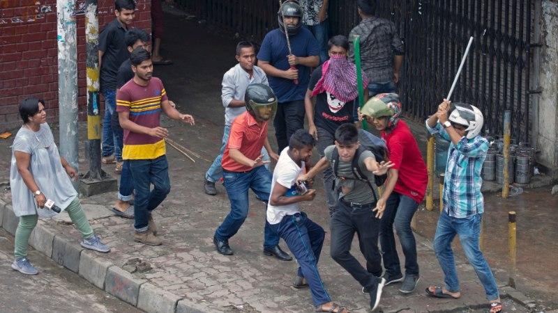 Bangladeshi koolilapsed hakkasid liiklust reguleerima, valitsus üritab neid laiali peksta