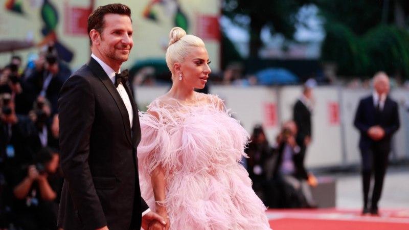 GALERII JA VIDEO | ÕL VENEETSIAS: Lady Gaga nägi punasel vaibal sulgkleidis välja nagu märg tibu