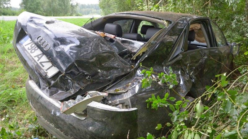 FOTOD | Viljandimaal sõitis Audi kraavi ja vastu puud