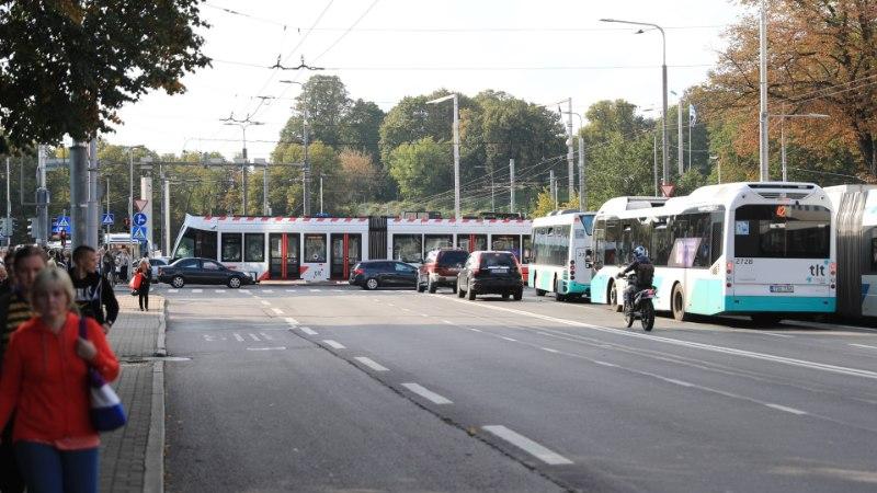 GALERII | Keset ristmikku seisma jäänud tramm põhjustas suure ummiku