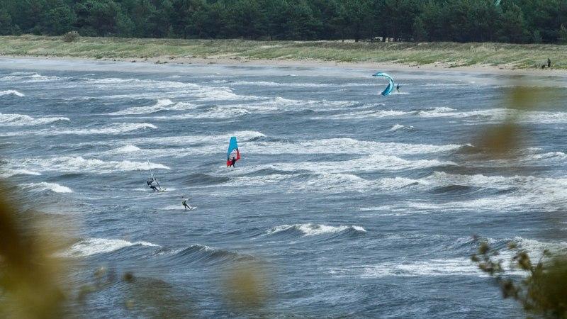 FOTOD | Tormituul rõõmustab surfareid