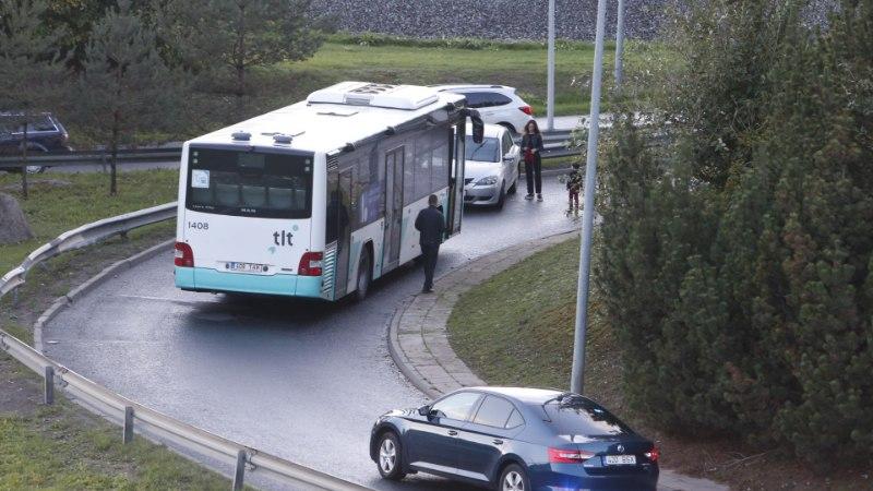 GALERII | Tammsaare tee ristil sõitis auto vastu posti, liiklus on häiritud