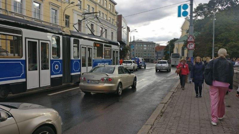 FOTOD | Avarii Tallinna kesklinnas tekitas ummiku ja pani trammid seisma