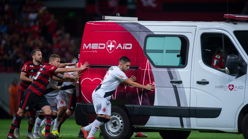 VIDEO | Uskumatu: Brasiilia kõrgliigas pidid jalgpallurid matši ajal kiirabiauto käima lükkama