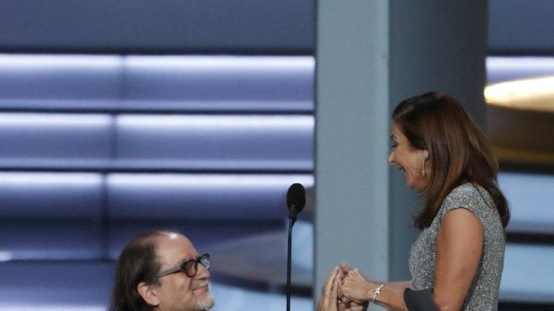 VIDEO   Emmy-võitja tegi keset tänukõnet oma sõbratarile abieluettepaneku!