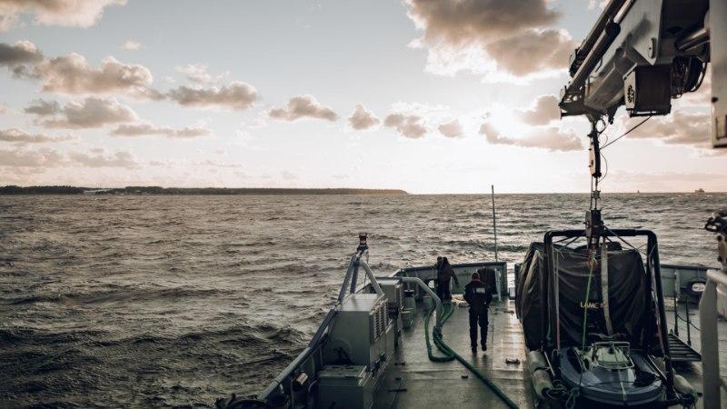 ÕL VIDEO | Väikesaarte patrull piirivalvelaeval: kaldale uhutud hüljes, tormine meri ja hõre inimasustus