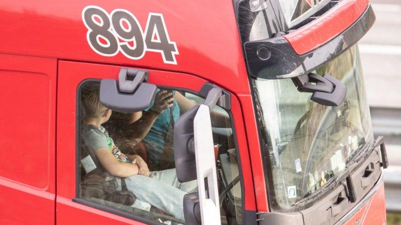 HIRMUTAVAD FOTOD | Rekajuht pildistab autoroolis kõrvalistujat!