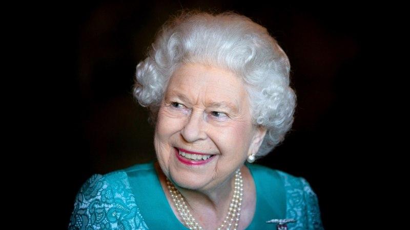 TÕELINE STIILIIKOON: lahe nipp, millega Elizabeth II oma välimusele vunki juurde annab!