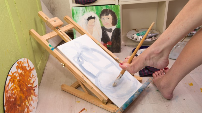 """Sünnitrauma tõttu ratastoolis naine: """"Ma ei maali jalaga, ikka värvide ja pintsliga."""""""