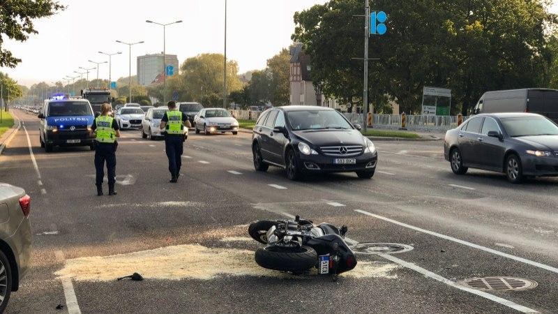 FOTOD | Mootorrattur sõitis vastu autot