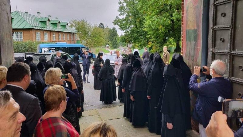 VIDEO JA FOTO | Kuula, kuidas nunnad presidendile laulavad