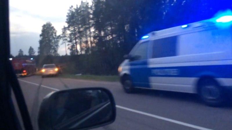 VIDEO JA FOTOD | NÄSSUS MÖÖDASÕIT: Toyota juht kaotas kontrolli ja saatis Lada inimesed haiglasse