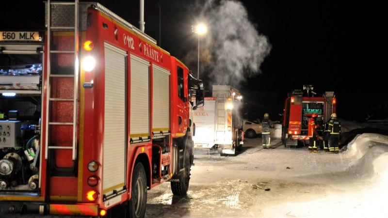 Haapsalus põles lahtise leegiga maja, kust toodi elusalt välja kolm inimest
