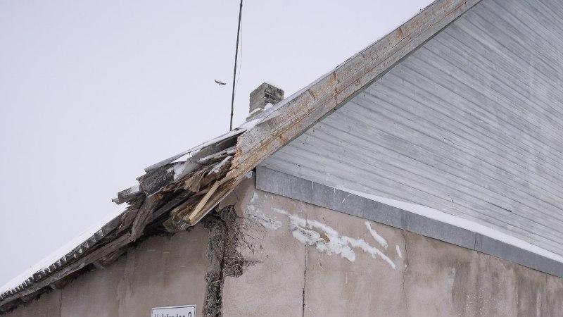 FOTOD | Veoauto sõitis maja seina puruks