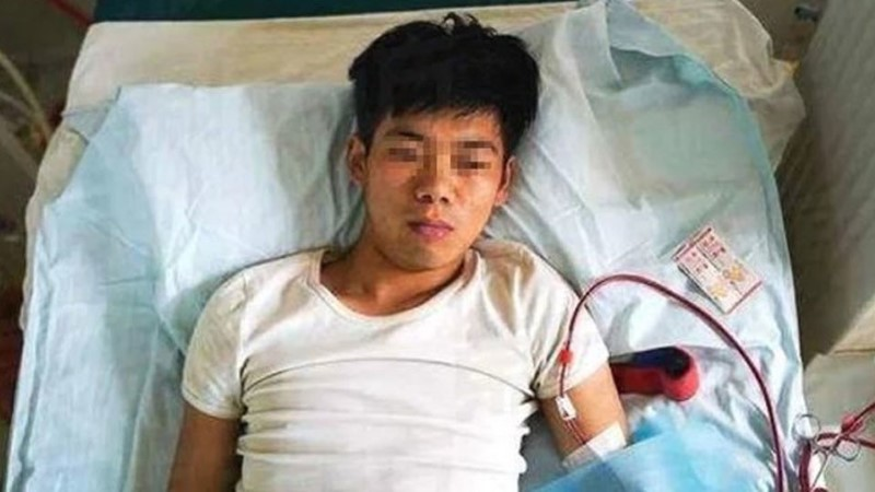 Парень остался прикованным к постели, после того как обменял почку на iPhone