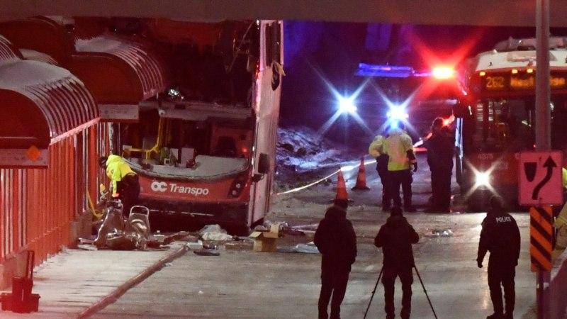 В Канаде автобус врезался в остановку, три человека погибли